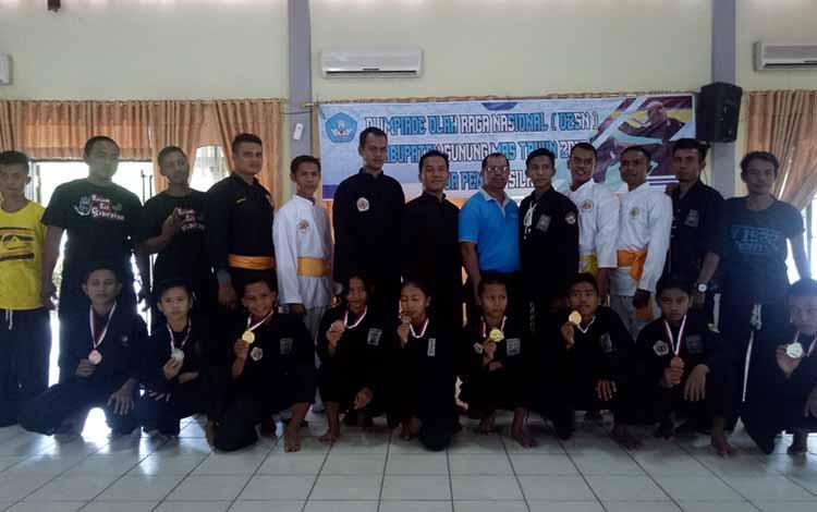 Para juara pencak silat bersama dewan juri, kepala sekolah, dan lainnya