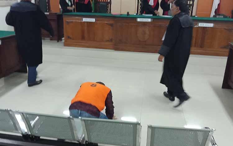 Idrus terdakwa sabu yang divonis bebas langsung sujud syukur di ruang sidang Pengadilan Negeri Sampit.