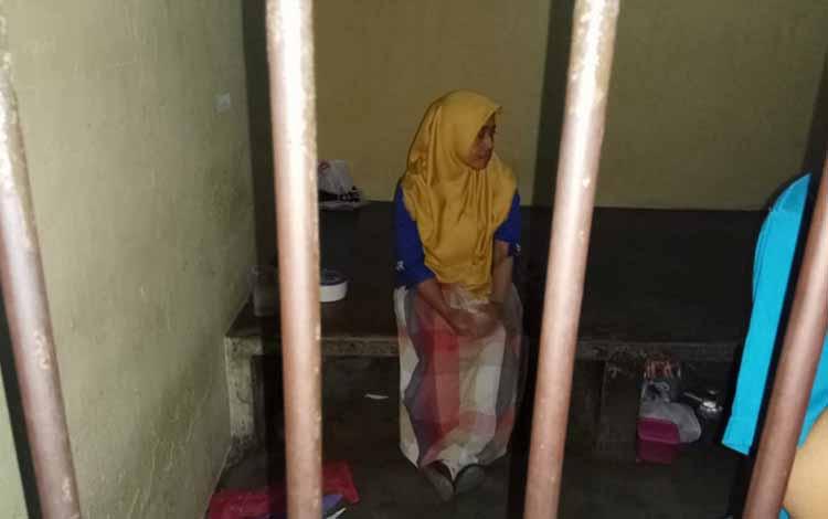 Tersangka kasus penggelapan, NR di sel tahanan Polsek Pahandut, Kota Palangka Raya.