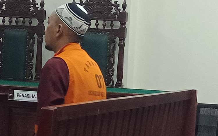 Nito Prabowo terdakwa kasus penggelapan saat jalani sidang