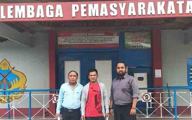 Idrus (tengah), dijemput dua penasihat hukumnya.