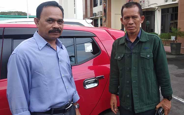 Kuasa Hukum Rojikinoor, Saiful (kanan) bersama dengan rekannya Masrupaini di halaman PN Palangka Raya, Kamis, 16 Mei 2019.