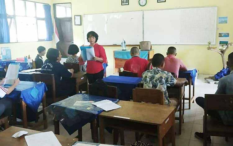 Siswa beragama Katolik di SMAN 5 Palangka Raya laksanakan PPK.