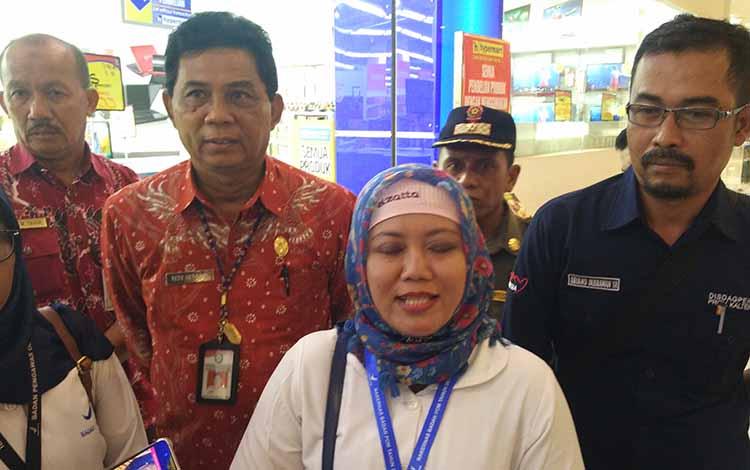 Kabid Pemeriksaan Balai Besar POM Palangka Raya Wiwik Wiranti, didampingi Kadisdagprin Kotim Redy Setiawan, saat diwawancarai sejumlah wartawan, Kamis, 16 Mei 2019.