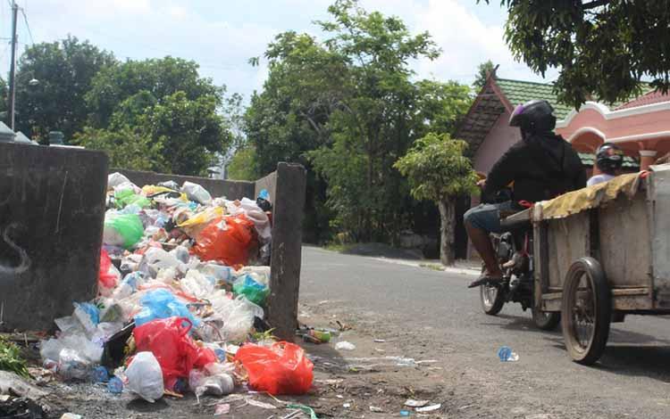 Sampah di tempat penampungan sementara di Jalan Pangeran Samudra, Kota Palangka Raya.