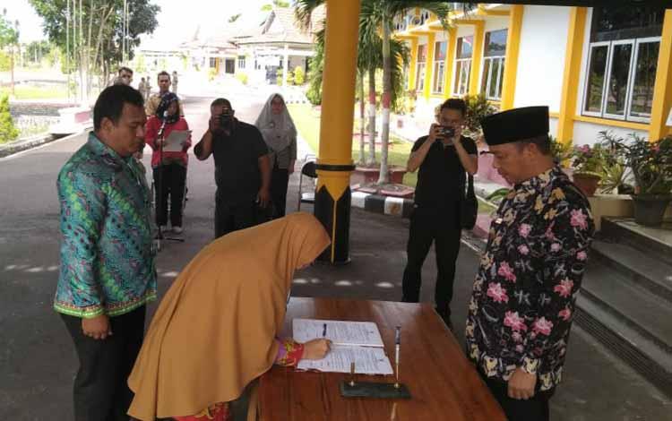 Pelantikan 32 pejabat administrator, pejabat pengawas, dan pejabat fungsional di lingkup Pemkab Sukamara