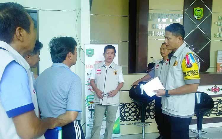 Anggota Tim Saber Pungli saat melakukan sidak di kantor DPMPTSP Pulang Pisau, Jumat, 17 Mei 2019.