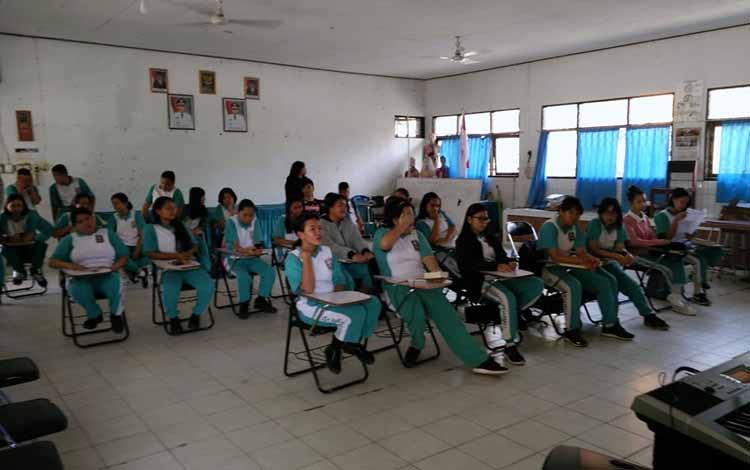 Para siswa dan siswi SMAN 4 Palangka Raya yang beragama Kristen sedang mengikuti kegiatan PPK