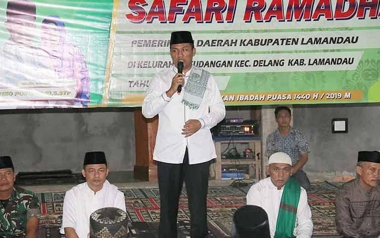 Bupati Hendra Lesmana menyampaikan sambutan saat safari Ramadan di Desa Samu Jaya