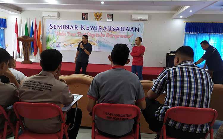 Salah satu wirausahawan yang berbagi pengetahuan dan pengalaman dengan peserta seminar