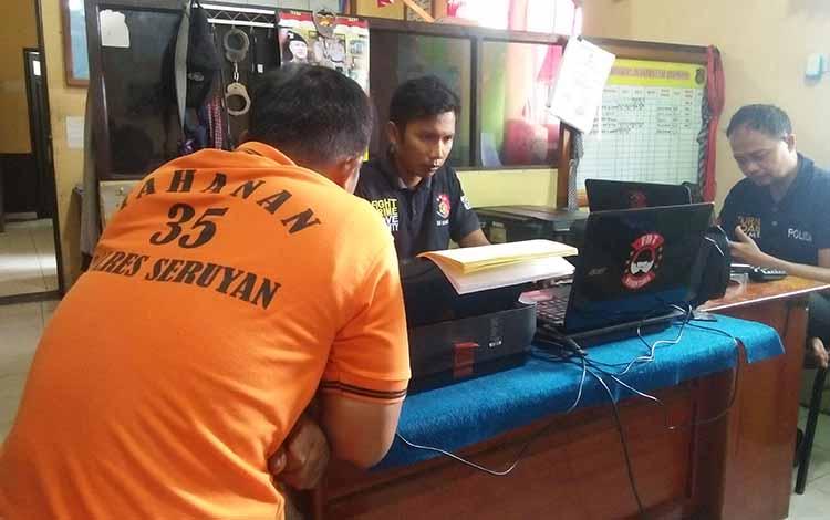 Yani Komeng tertunduk saat diperiksa penyidik Satreskrim Polres Seruyan atas kasus pencurian barang elektronik di Kota Kuala Pembuang, Sabtu 17 Mei 2019