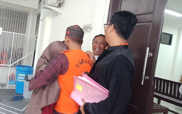 Idrus, terdakwa kasus sabu yang divonis bebas oleh majelis hakim Pengadilan Negeri Sampit. berpelukan dengan calon istrinya.