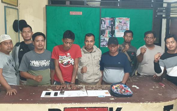 Kapolsek Tasik Payawan dan Kamipang bersama anggotanya mengapit tersangka pengedar sabu berinisial  WY.