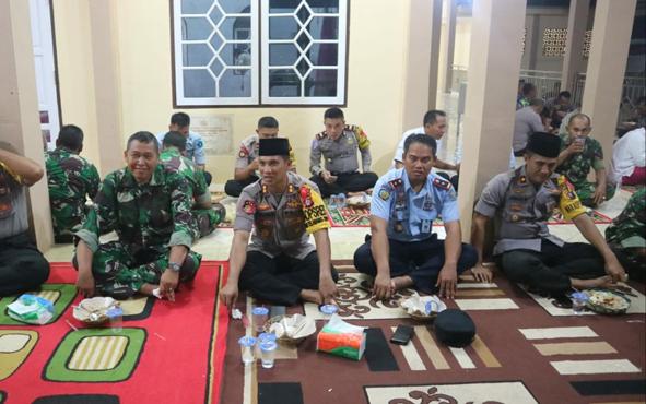 Suasana buka puasa bersama jajaran TNI, Polri, dan Lapas di Masjid Al Haris Polres Barito Timur, Senin, 20 Mei 2019.