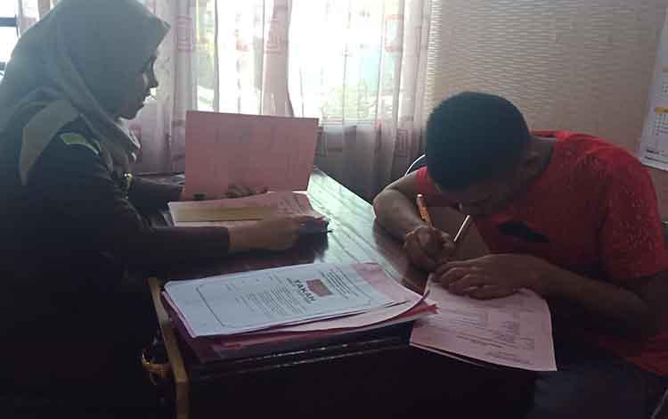 RIS alias Rid, tersangka kasus lakalantas saat diperiksa jaksa di Kejari Kotawaringin Timur.