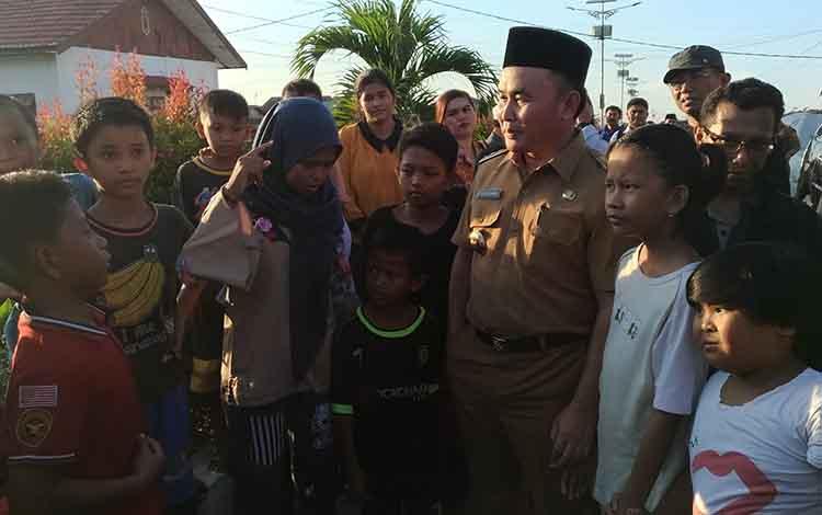 Gubernur Kalteng Sugianto Sabran bersama anak-anak di Flamboyan Bawah yang ingin sekolah lagi