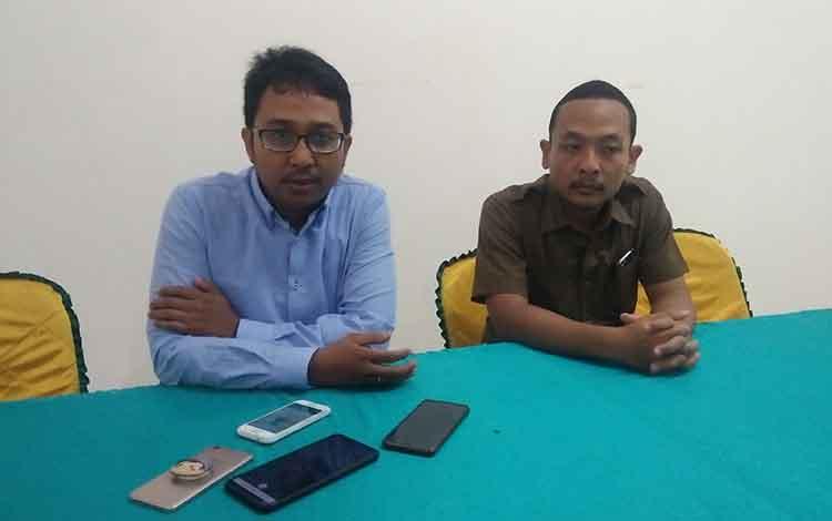 Kasi Datun Cyrlus Iwan dan Kasi Intel Kejari Seruyan Teguh saat memberikan keterangan terkait kesepakatan bersama dengan BPJS Kehesetan, Selasa 21 Mei 2019.