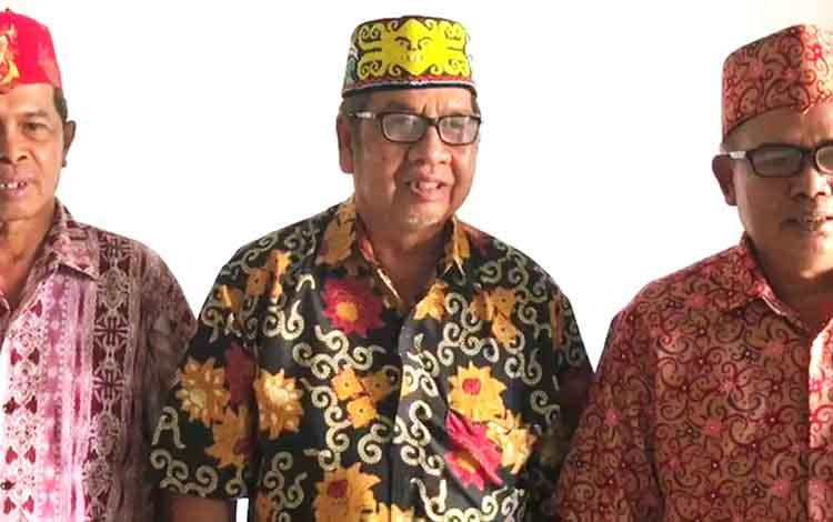 Ketua DAD Barito Utara, Junio Suharto beserta Wakilnya Jhon Kenedi serta Sekretaris Hertin Kilat