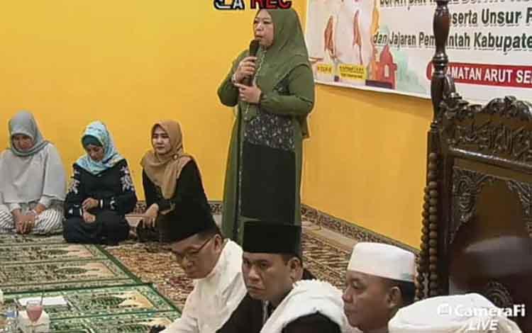 Bupati Kobar Nurhidayah memberikan sambutan diacara buka puasa di Masjid Baitussyakur Kelurahan Raja