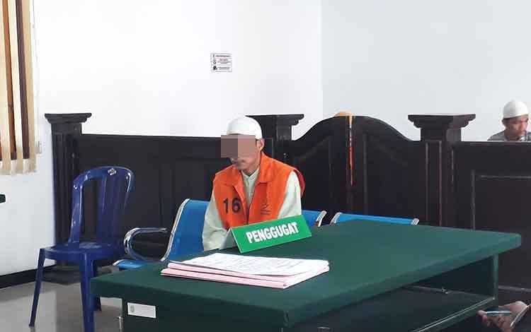 Terdakwa Yn (24) saat menjalani persidangan di Pengadilan Negeri Pangkalan Bun. Selasa, 21 Mei 2019.