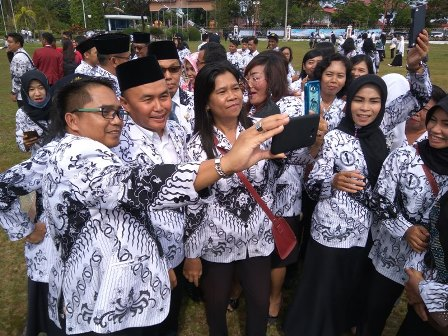 Gubernur Sugianto Sabran swafoto dengan para guru seusai upacara Hari Guru Nasional