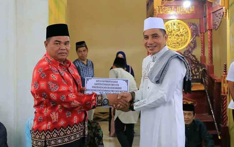 Bupati Kotim Supian Hadi menyerahkan bantuan kepada pengurus masjid saat Safari Ramadan di Masjid Nurul Iman, Desa Cempaka Mulia Barat, Kecamatan Cempaga, Rabu, 22 Mei 2019.
