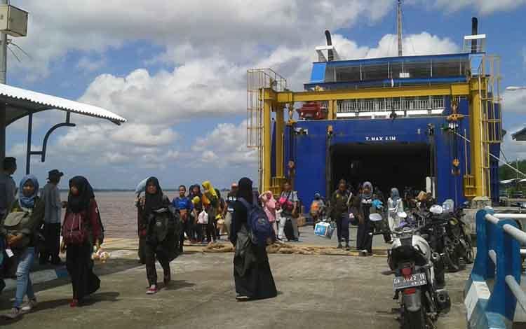 KMP Drajat Paciran saat menurunkan penumpang di Pelabuhan Sei Tunggul Bahaur.