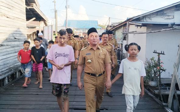 Gubernur Kalteng Sugianto Sabran saat berkeliling di Kampung Flamboyan Bawah Palangka Raya.