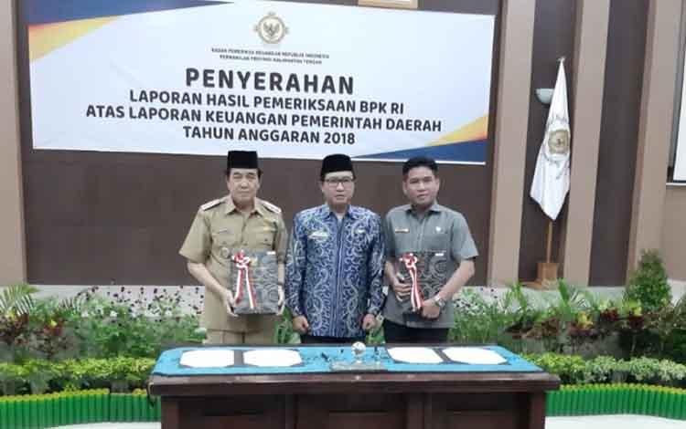 Wakil Bupati Kotawaringin Timut, Taufiq Mukri dan Ketua DPRD Jhon Krisli menerima predikat WTP dari BPK RI Perwakilan Kalteng