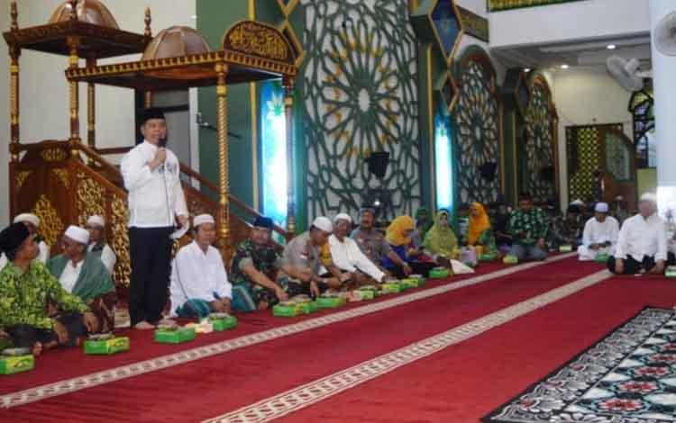 Bupati Kapuas Ben Brahim S Bahat saat memberikan arahan dalam penutupan Pesantren Ramadan di Masjid Al - Mukarram Kuala Kapuas pada Rabu, 22 Mei 2019