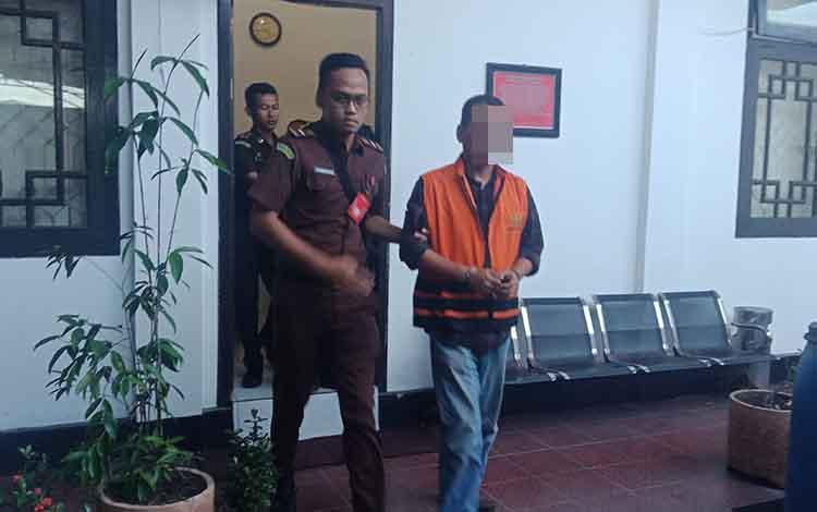 Basuki Purwadono (pakai rompi) pejabat appraisal yang menjadi tersangka kasus pengadaan tanah di Desa Sebabi, Kecamatan Telawang, Kabupaten Kotawaringin Timur.