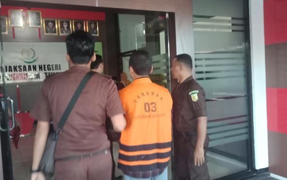 Basuki Purwadono (pakai rompi) selaku pejabat appraisal Toto Suharto dan rekan, menjadi tersangka kasus pengadaan tanah di Desa Sebabi, , Kecamatan Telawang, Kabupaten Kotawaringin Timur.