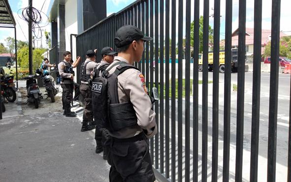 Personel Polres Palangka Raya  saat latihan pengamanan markas komando, Rabu, 22 Mei 2019.