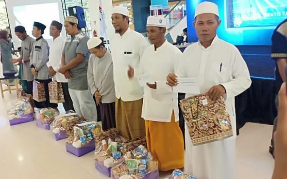 Sejumlah guru ngaji di luar akademis menerima bingkisan dan uang dari komunitas One Day One Juzz Sampit, Rabu, 22 Mei 2019.