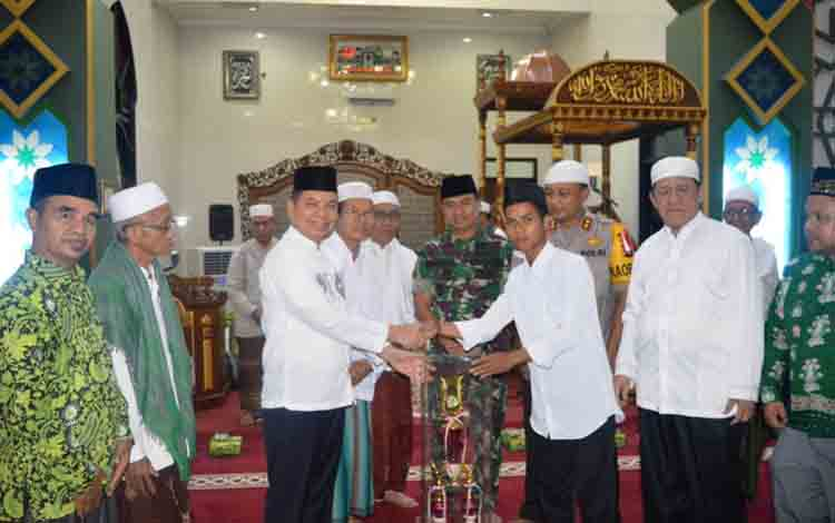 Bupati Kapuas Ben Brahim S Bahat menyerahkan piala bergilir kepada perwakilan dari MAN selaku Juara Umum Pesantren Ramadan tahun 1440 H bertempat di Masjid Agung Al Mukarram, Rabu, 21 Mei 2019.