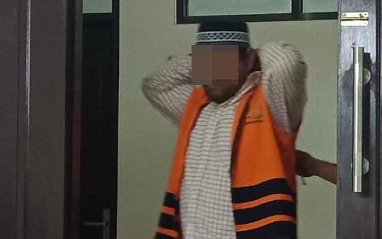 Terdakwa kasus sabu, Su alias Yan saat masuk ruang sidang Pengadilan Negeri Sampit.