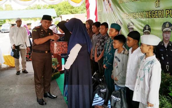 Kepala Kejaksaan Negeri Pulang Pisau menyerahkan sembako kepada masyarakat yang membutuhkan saat buka puasa bersama, Rabu, 22 Mei 2019.