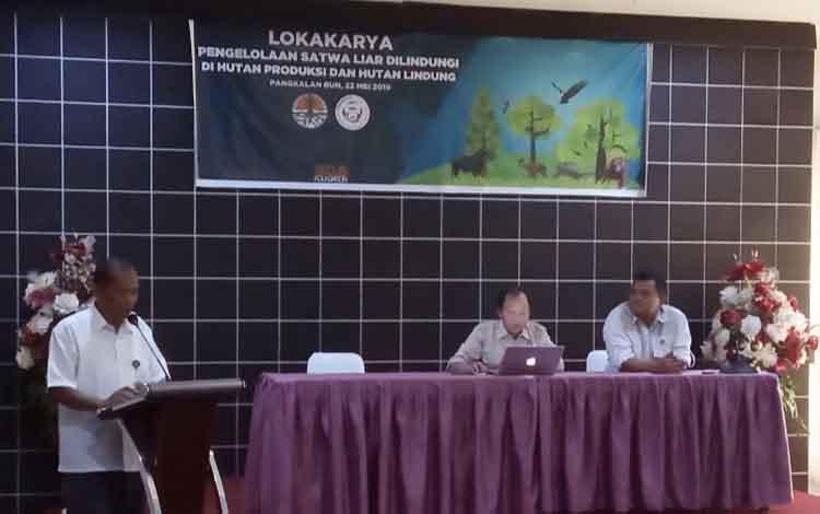 Kepala BKSDA Kalteng Adib Gunawan saat memberikan sambutan dalam lokakarya pengelolaan satwa liar dilindungi di kawasan hutan produksi dan hutan lindung