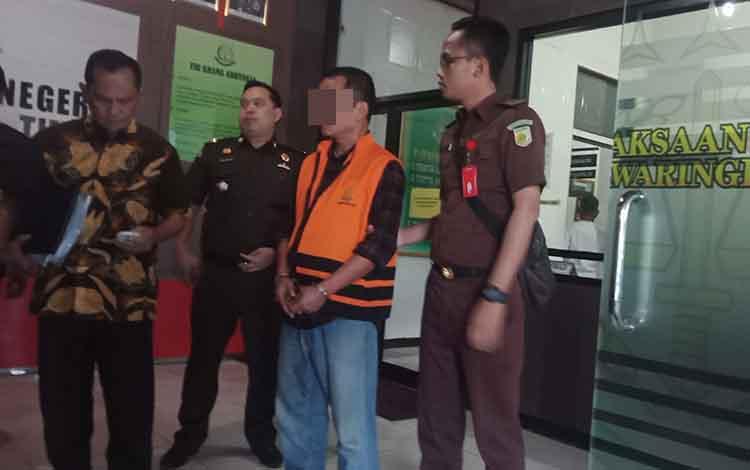 Basuki Purwadono (pakai rompi), tersangka kasus pengadaan tanah di Desa Sebabi,  Kecamatan Telawang, saat berada di Kejari Kotim, Rabu, 22 Mei 2019.