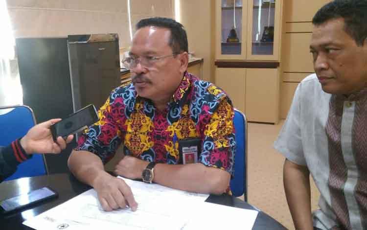 Kepala Badan Keuangan dan Aset Daerah (BKAD) Kalimantan Tengah, Nuryakin (kiri)