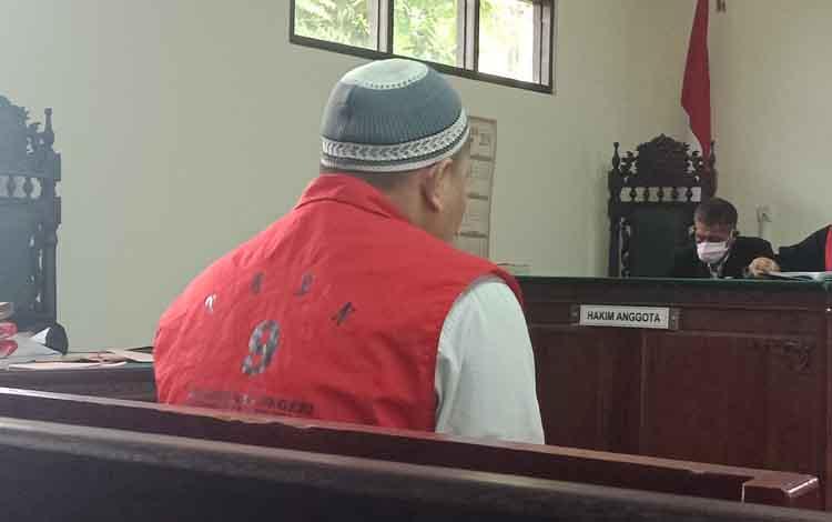 Ri, terdakwa sabu saat menjalani persidangan di Pengadilan Negeri Sampit, Kamis, 23 Mei 2019.