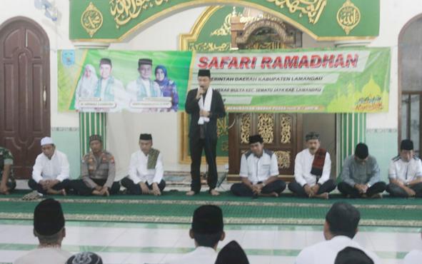 Wakil Bupati Lamandau Riko Porwanto saat menyampaikan sambutan pada Safari Ramadan pamungkas di Desa Jangkar Prima, Kecamatan Sematu Jaya, Rabu, 22 Mei 2019.