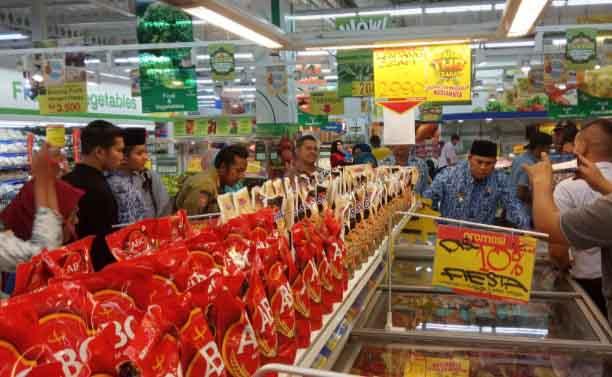 Pengecekan produk makanan di swalayan