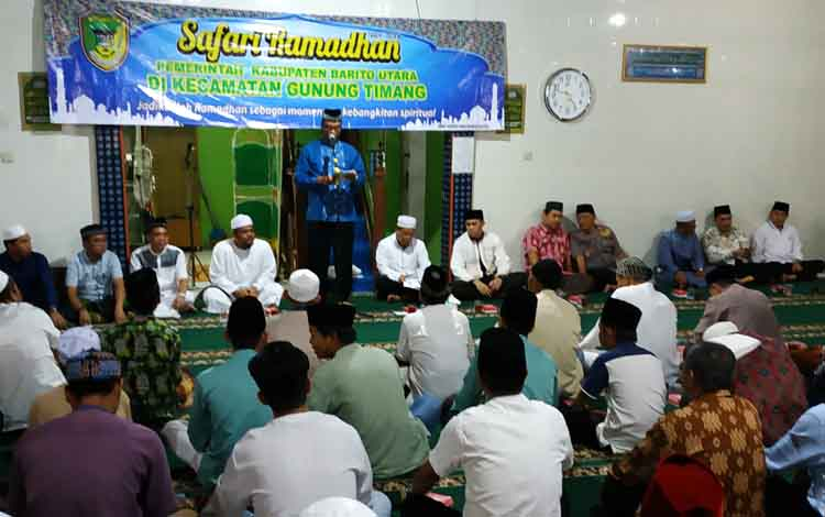 Wakil Bupati Barito Utara, Sugianto Panala Putra membacakan sambutan pada kegiatan safari Ramadan di Kecamatan Gunung Timang