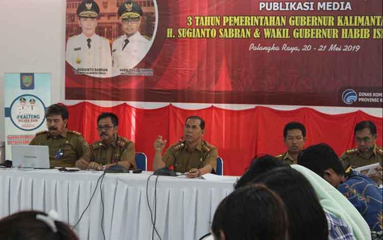 Kepala Dinas Pemberdayaan Masyarakat dan Desa Kalimantan Tengah, Hamka (tengah)