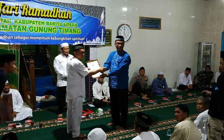 Wakil Bupati Barito Utara, Sugianto Panala Putra menyerahkan dana hibah kepada pengurus Masjid Istiqamah