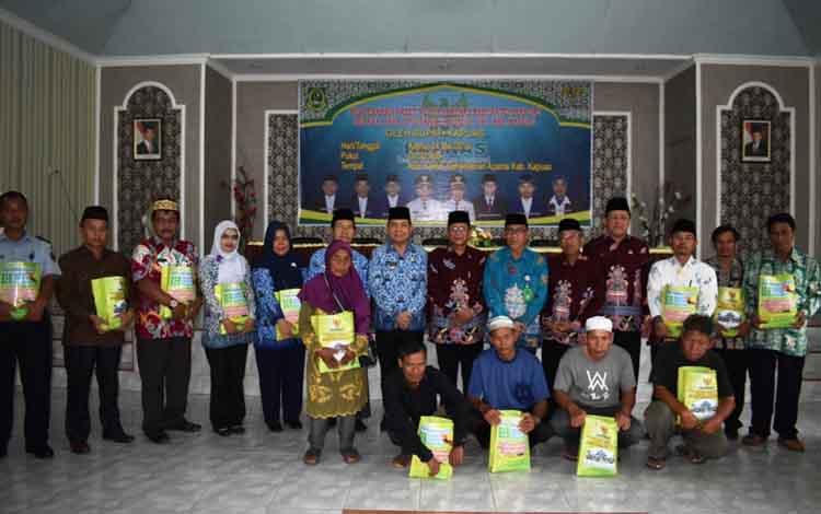 Bupati Kapuas Ben Brahim S Bahat bersama penerima paket peduli Baznas di Kantor Kemenag Kapuas pada Kamis, 23 Mei 2019.