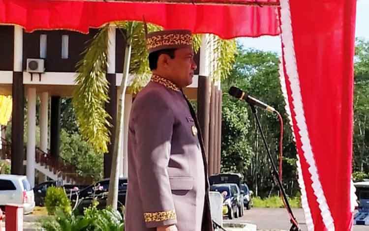 Bupati Pulang Pisau Edy Pratowo memimpin apel peringatan HUT Kalteng ke-62