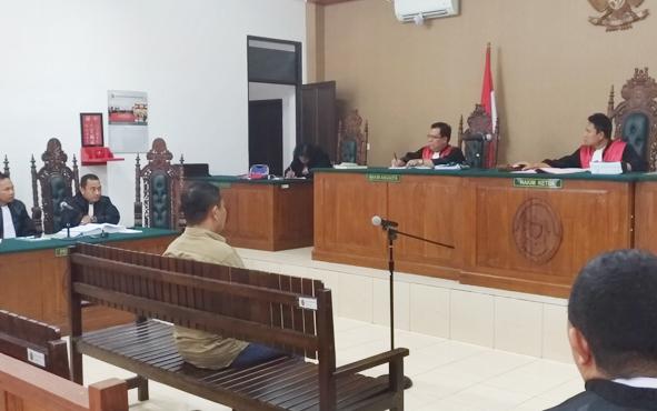 Mantan bupati Katingan Ahmad Yantenglie saat menjalani persidangan di Pengadilan Tipikor Palangka Raya, Kamis, 23 Mei 2019.