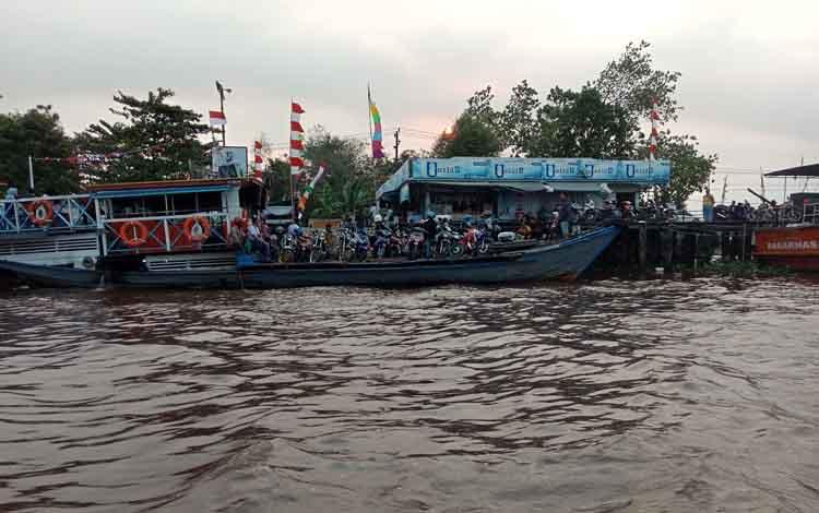 Aktivitas transportasi sungai Mentaya, Kabupaten Kotawaringin Timur.